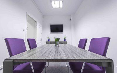 Kto może skorzystać najbardziej na wynajmie biura serwisowanego?