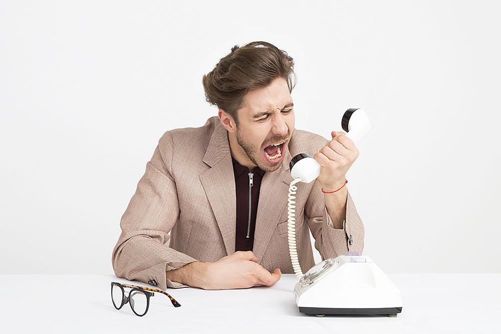 Krzyczenie do słuchawki telefonicznej